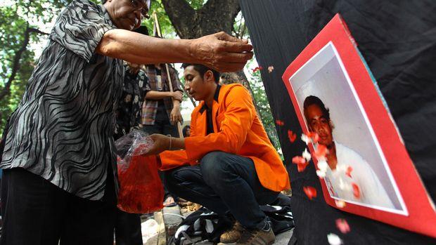 Keluarga Mahasiswa Universitas Atma Jaya Bernardus Realino Norma Wirawan atau Wawan yang tewas tertembak dalam tragedi Semanggi 1 melakukan tabur bunga pada peringatan 17 Tahun Tragedi Semanggi 1 di Jakarta, Jumat (13/11). Dalam peringatan tersebut para mahasiswa menuntut agar pemerintah serius dalam menangani kasus kekerasan serta terbunuhnya mahasiswa pada tragedi tersebut. ANTARA FOTO/Muhammad Adimaja/ama/15