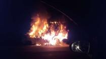 Api Padam, Petugas Kesulitan Evakuasi Ford yang Terjepit di Kolong Tronton