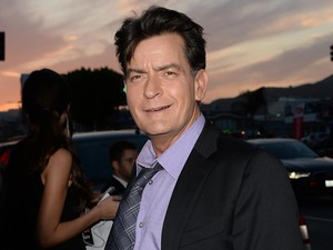 Pacar Baru Charlie Sheen Tak Takut Tertular HIV