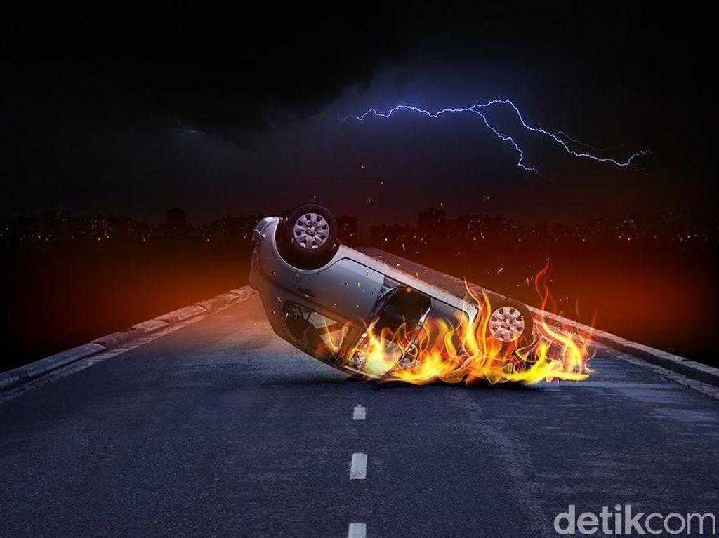 Mobil Sedan Terbakar di Tol JORR Arah Serpong