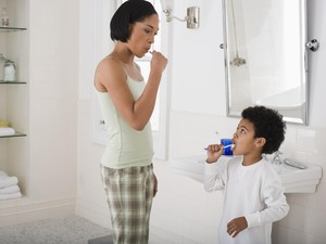 Trik Kenalkan Cara Sikat Gigi ke Anak: Lewat Cerita dan Dongeng