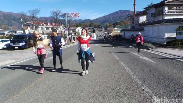 Asyiknya Ariel Tatum Maraton di Kaki Gunung Fuji!