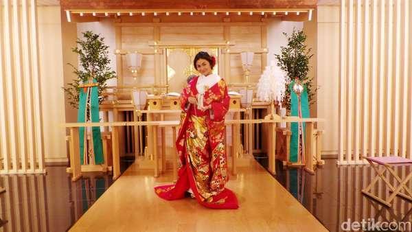Kirei! Ariel Tatum Anggun Berkimono di Jepang
