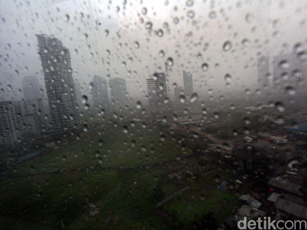 Hujan Lebat, Petir Bersahutan di Jaksel