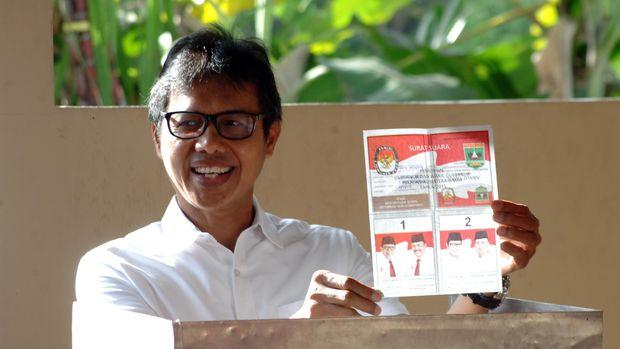 Mantan Gubernur Sumatera Barat, Irwan Prayitno menggunakan hak pilih, di TPS 4 Kelurahan Padangbesi, Padang, Sumatera Barat, Rabu (9/12). Pilkada serentak di Sumatera Barat diikuti 42 pasangan calon di 12 kabupaten/kota. ANTARA FOTO/Iggoy el Fitra/ama/15