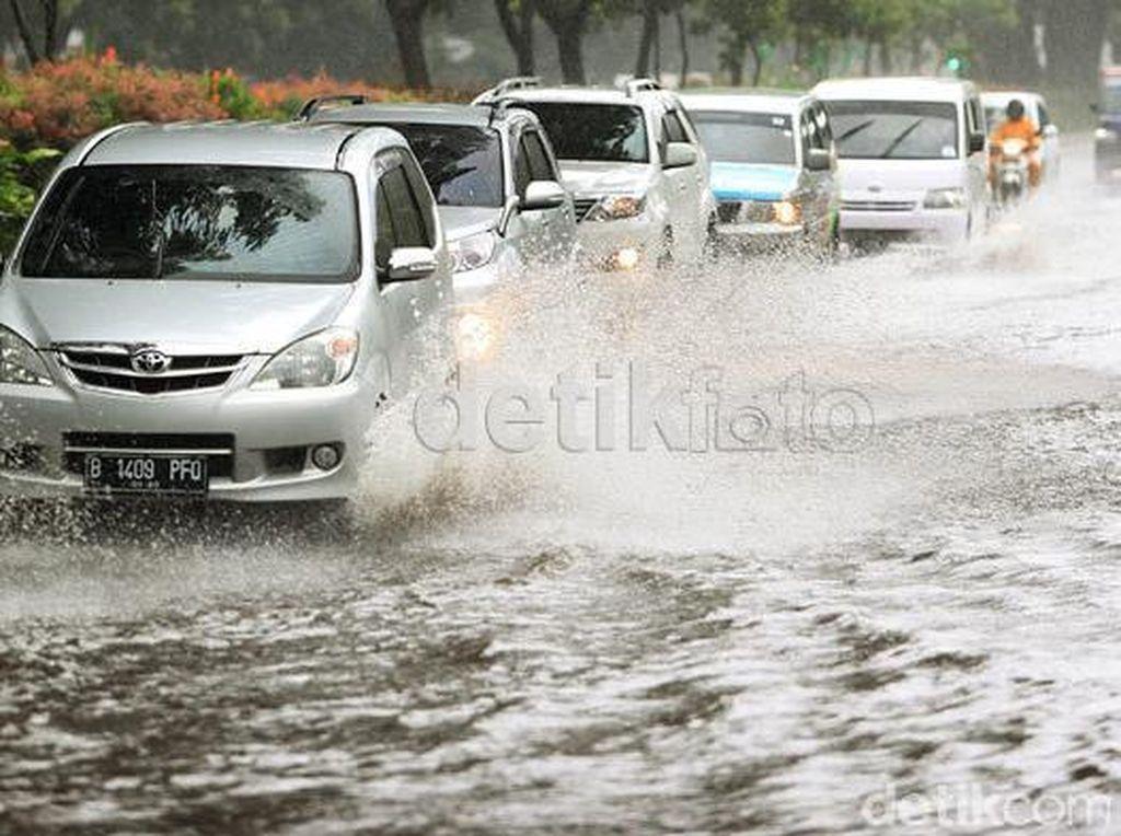 Banjir Bukan Ajang Adu Kuat Mobil Terobos Air!
