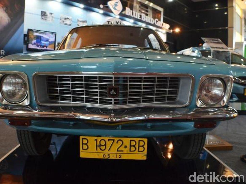 Transformasi 49 Tahun Taksi Blue Bird, Dulu Holden Kini Tesla