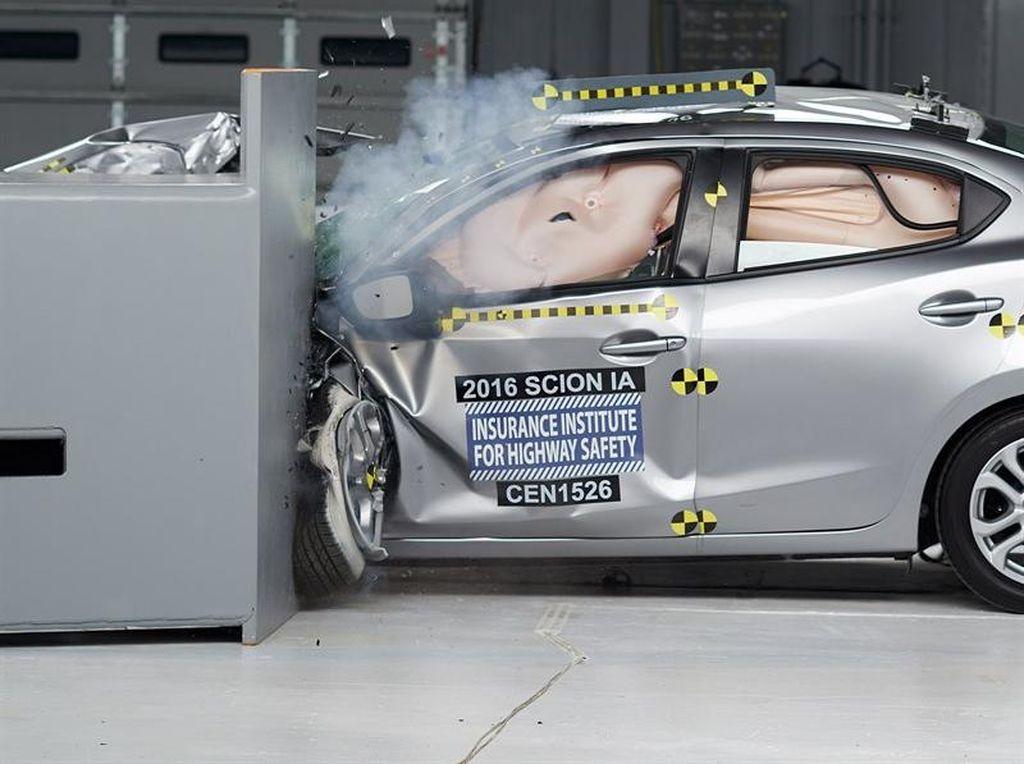Mobil Sengaja Ditabrak untuk Uji Keamanan