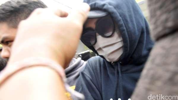 PR Tutupi Wajah dengan Masker dan Kacamata Hitam di Panti Sosial