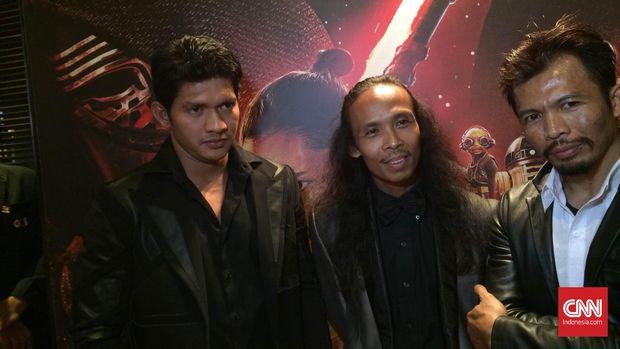 Pemeran Star Wars: Force Awakens asal Indonesia: Iko Uwais, Yayan Ruhian dan Cecep Arif Rahman, saat gala premiere di Jakarta (15/12).