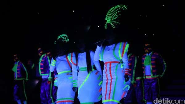 Zaskia Gotik, Ayu Ting Ting dan Cita Citata Glow in the Dark di HUT Transmedia