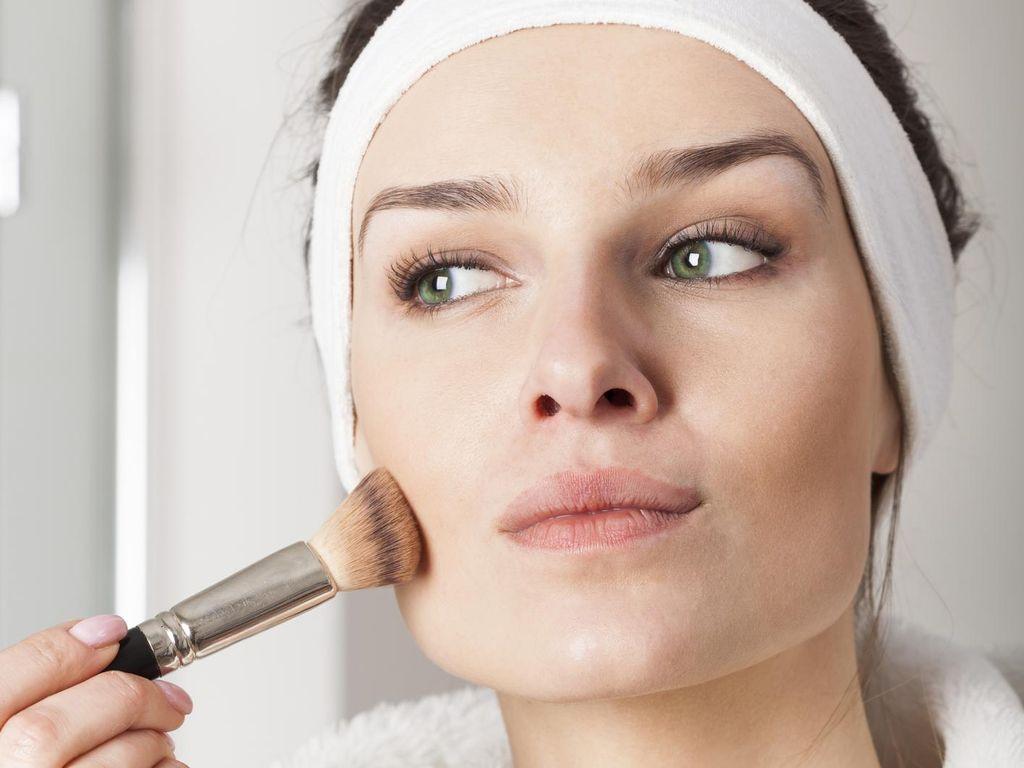 Viral Video Tutorial Makeup Pakai Ular, Brand Kecantikan Ini Dihujat
