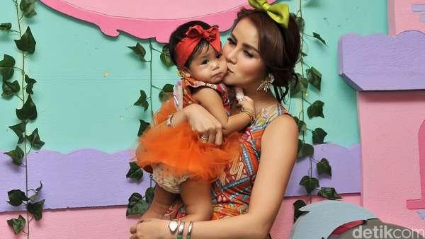 Olla Ramlan Cantik Berbatik, Putrinya Cute dengan Dress Tutu