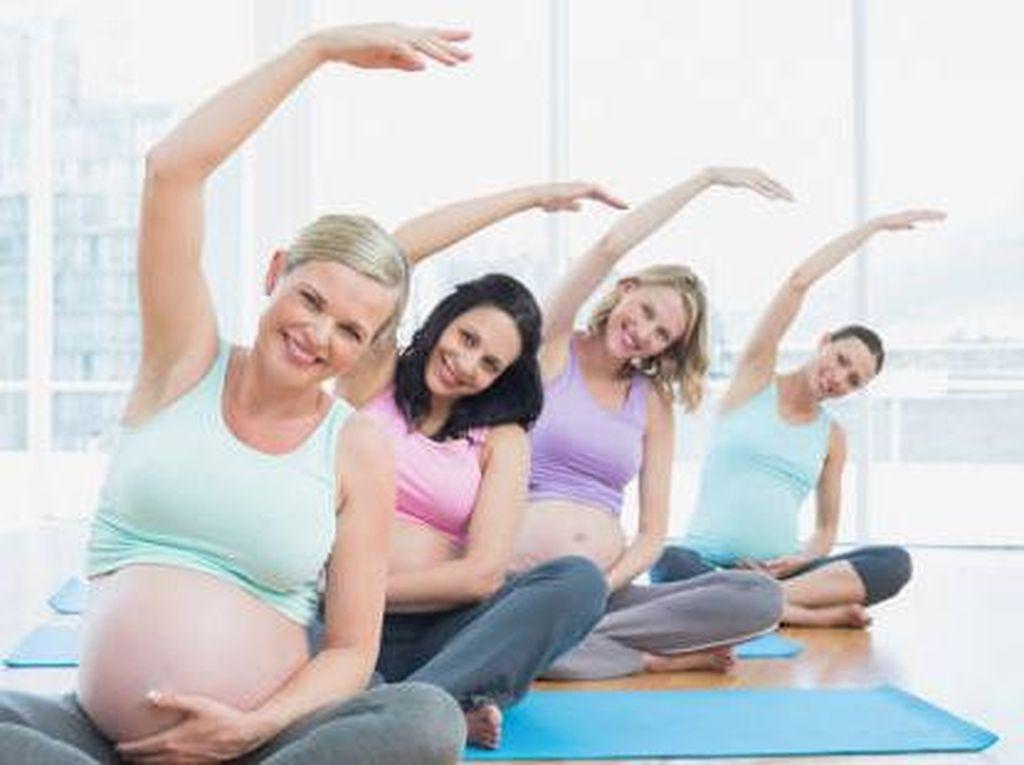 7 Manfaat Prenatal Yoga yang Bunda Perlu Tahu