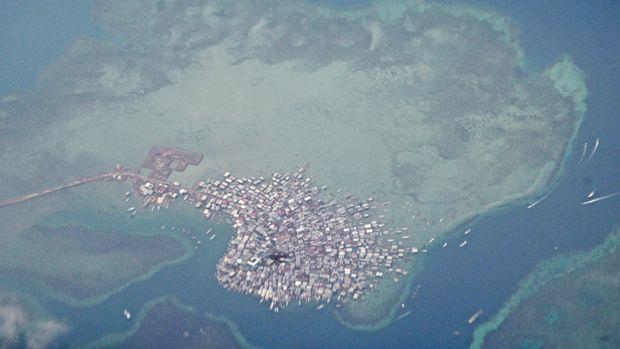 Foto udara permukiman warga di Pulau Bungin, Kecamatan Alas, Sumbawa Besar, Kabupaten Sumbawa, NTB, Sabtu (19/12). Pulau yang memiliki luas luas 8,5 hektar dengan jumlah penduduk 3.400 jiwa tersebut dijuluki pulau terpadat di dunia karena kepadatan penduduknya karena sepanjang pesisir pulau seluruhnya dibangun menjadi tempat tinggal warga, dimana satu rumah dijadikan tempat tinggal 2 hingga 4 kepala keluarga. ANTARA FOTO/Ahmad Subaidi/ama/15.