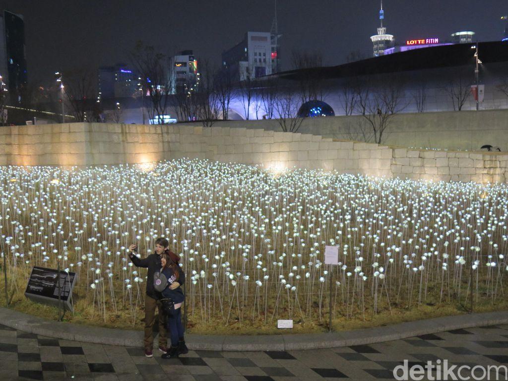 Kencan di Kebun Mawar Bercahaya ala IU dan Kim Soo Hyun di Producer