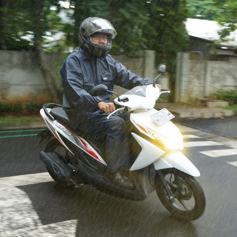 5 Tips Berkendara Motor Saat Hujan