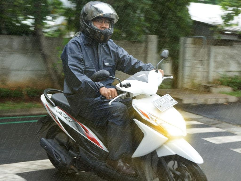 Hati-hati! Air Hujan Bisa Bikin Cat Motor Cepat Rusak