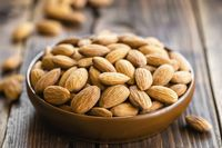 Kacang almond renyah yang ternyata menyehatkan.