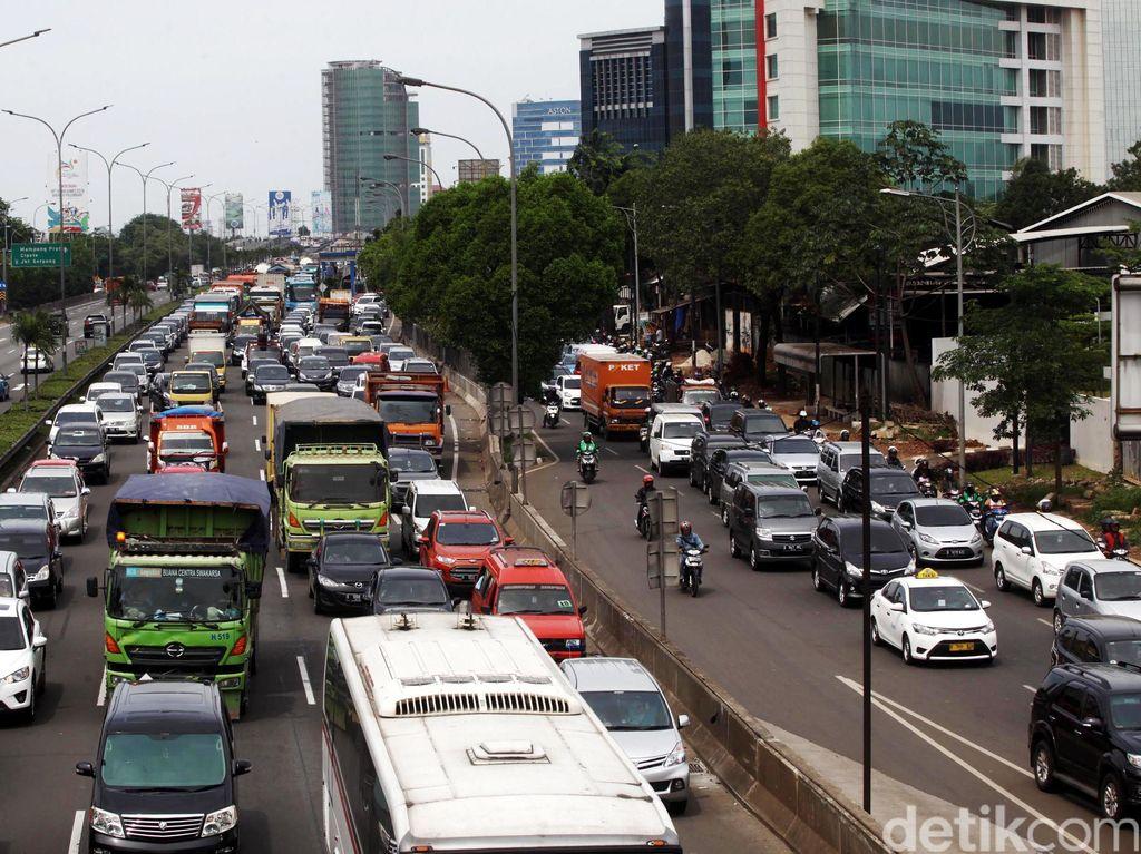 Jelang Jam Pulang Kerja, Lalin Tol Cawang-Semanggi Macet 8 Km