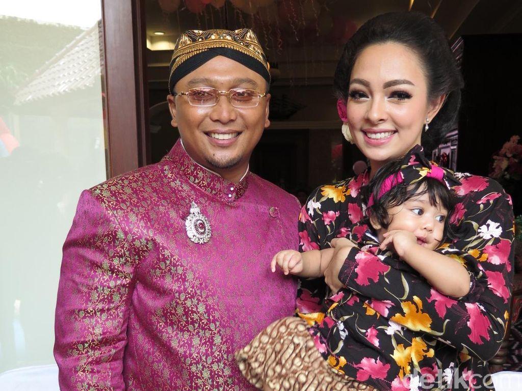 Reisa Kartika Gelar Tradisi Jawa Turun Tanah untuk Buah Hati