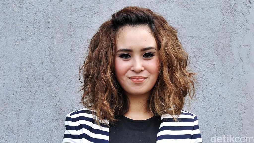 Ayushita Lebih Boros Belanja di Toko Ketimbang Online