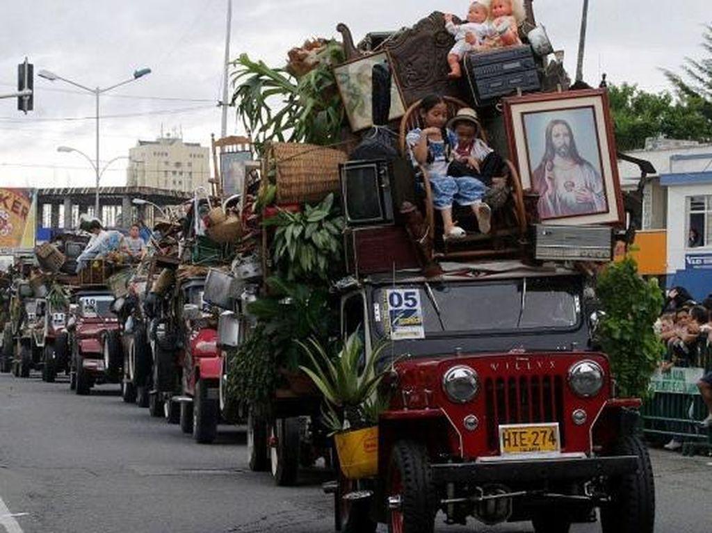 Parade Unik di Kolombia, Adu Banyak Muatan Barang Dalam Jeep!