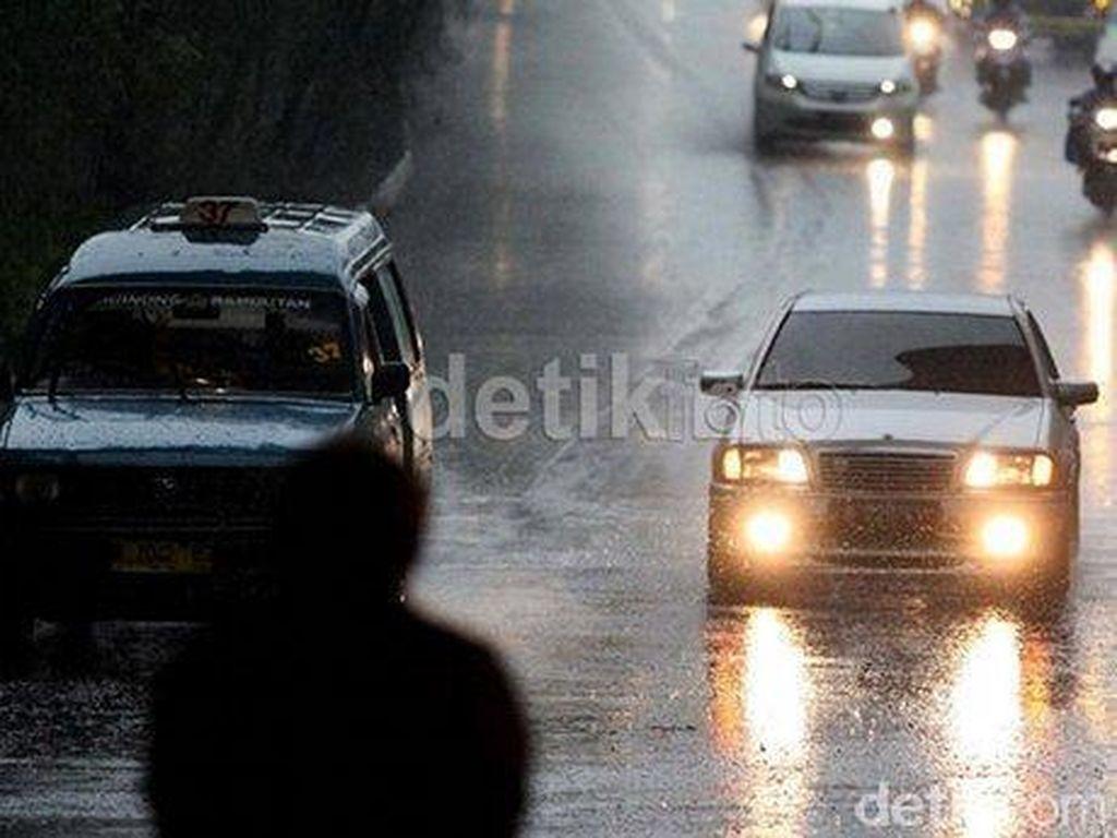 Nyetir Mobil Saat Hujan, Perhatikan Hal Ini!