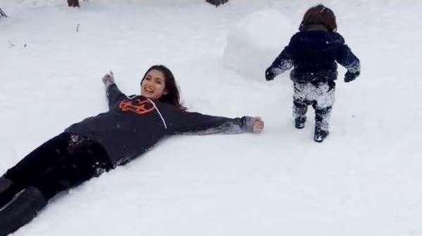 Senangnya Jessica Iskandar Main Salju Bareng si Mungil El