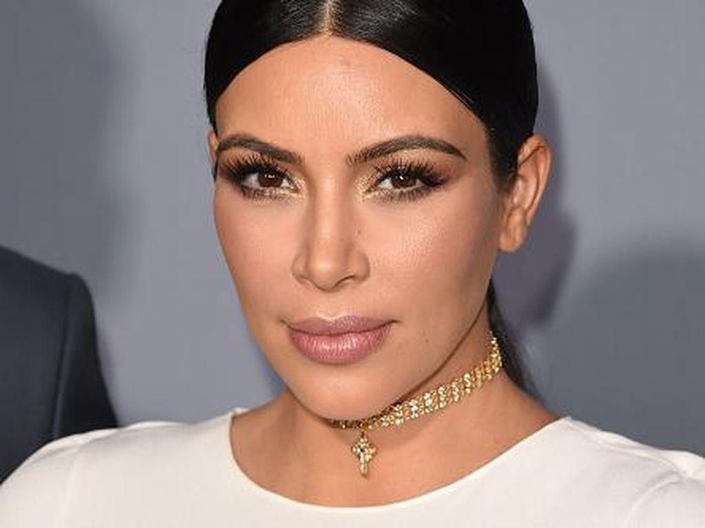 Kim Kardashian Pakai Eyeliner Tiga Lapis Untuk Tampil Natural