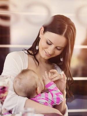 Perlukah Ibu Pantang Konsumsi Makanan Tertentu Saat Menyusui?