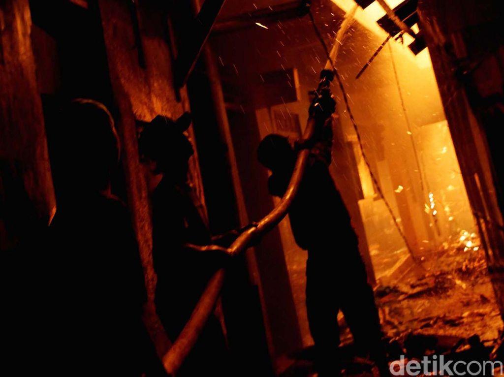 Rumah 3 Lantai di Ciledug Terbakar, 7 Unit Damkar Dikerahkan