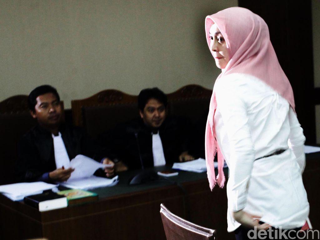 Berjilbab Pink, Angie Bersaksi untuk Nazaruddin