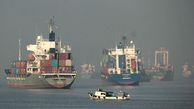 Sejumlah kargo di dekat pelabuhan tanjung perak, Surabaya.