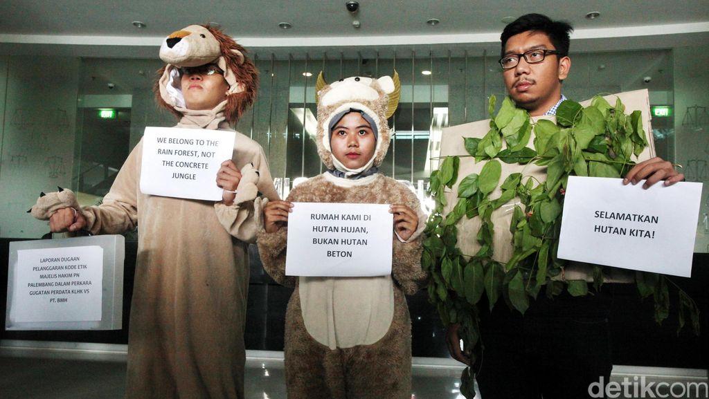 Monyet dan Singa Laporkan Hakim Kebakaran Hutan