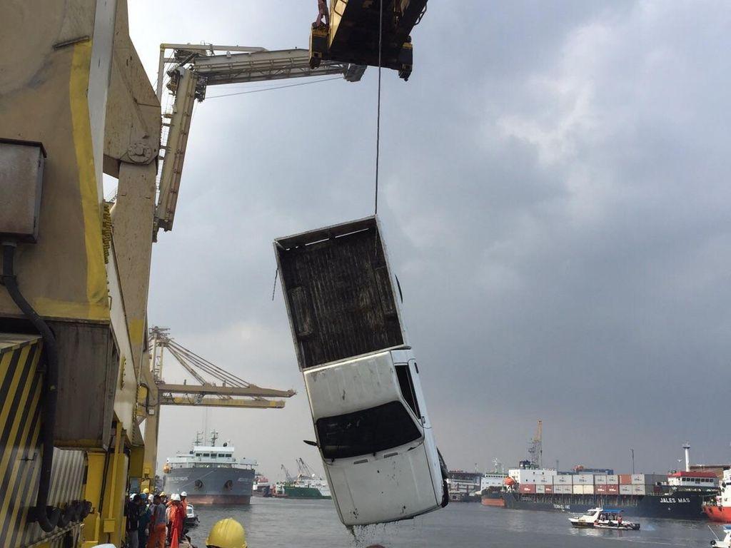 Mobil Tercebur di Pelabuhan Jayapura, Seluruh Penumpang Tewas
