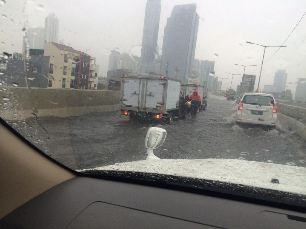 Diguyur Hujan, JLNT Casablanca Tersendat karena Tergenang Air