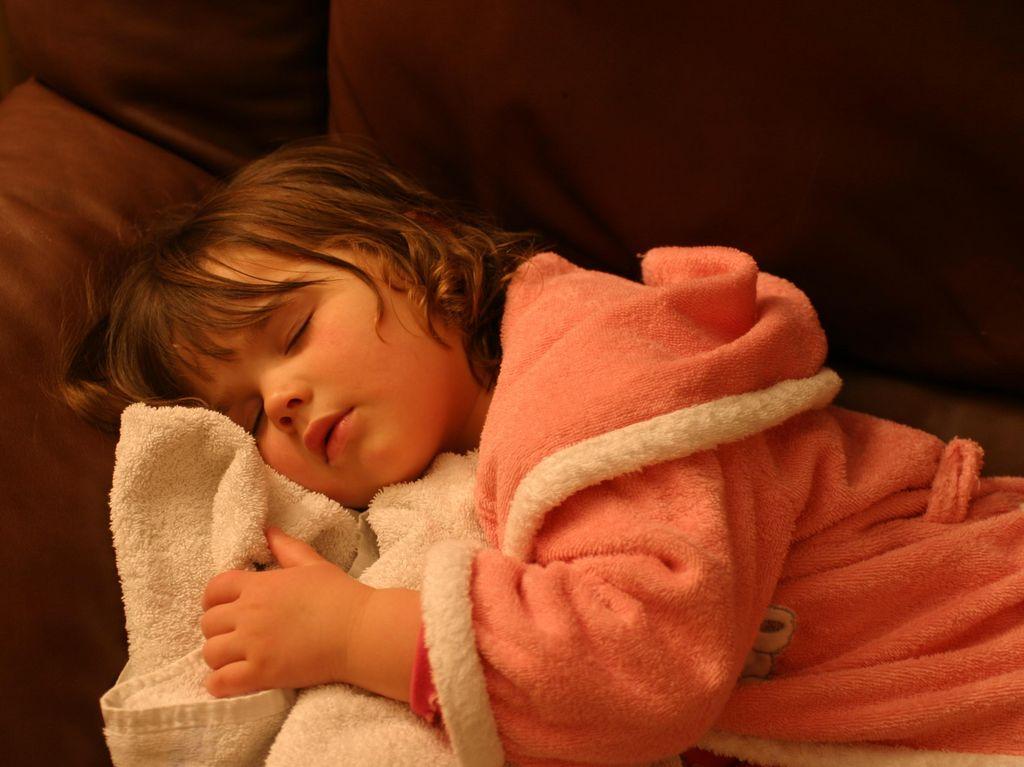 Sering Tidur dengan Lampu Menyala Disebut Membuat Bocah Ini Pubertas Dini