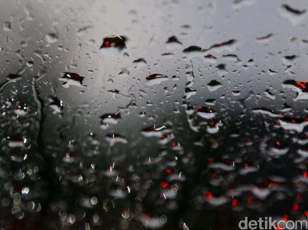 BMKG Prediksi Jaktim-Jaksel Hujan Disertai Petir Siang Ini