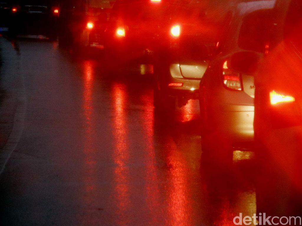 Tol Jakarta Arah Tangerang Macet 1 Km Gegara Ada Mobil Terbakar