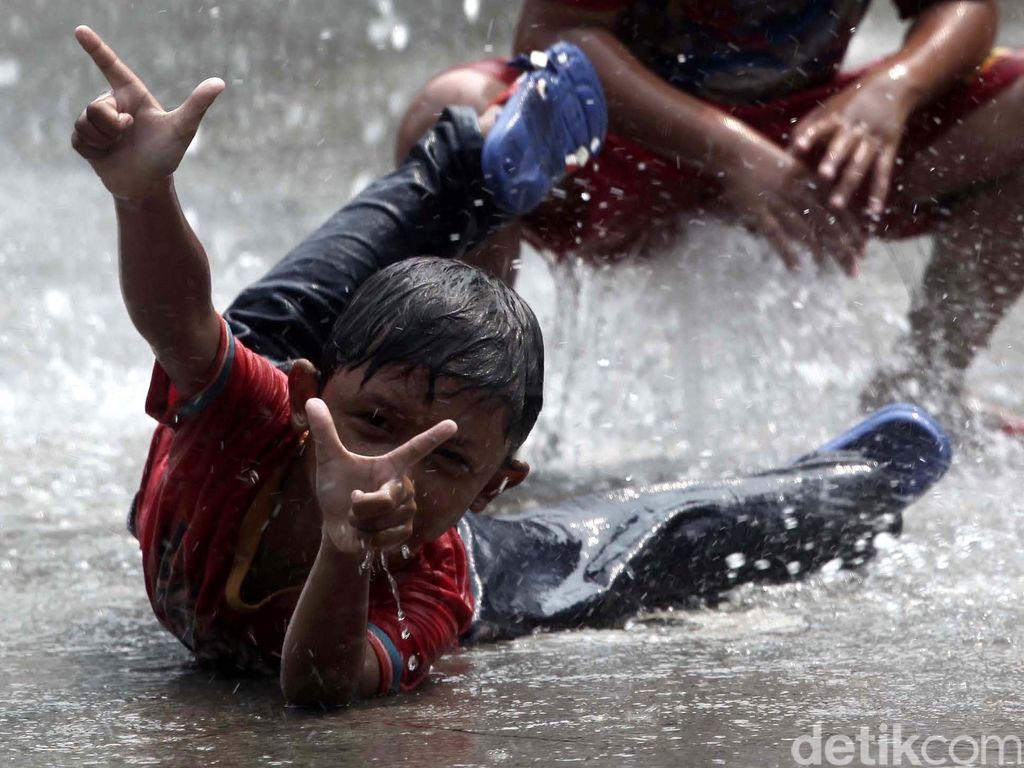 Anak-anak Bermain di Taman Kodok