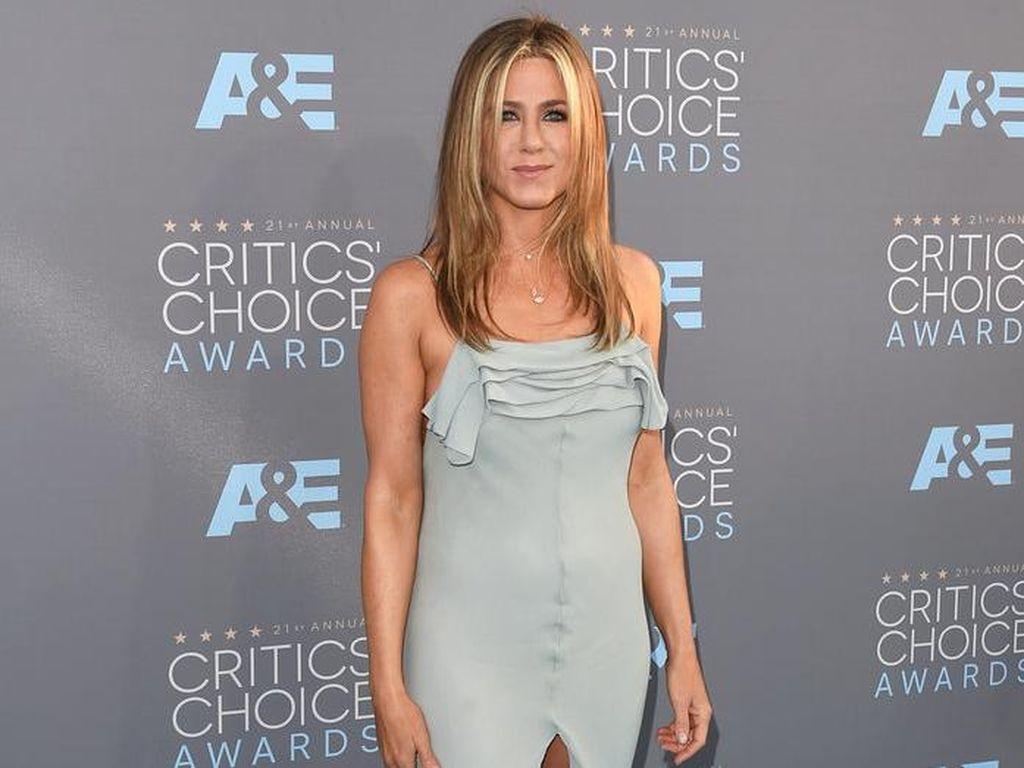 Duh Malunya, Jennifer Aniston Pakai Baju Baru yang Masih Ada Tag Harganya