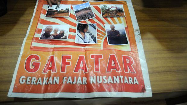 Polisi menunjukkan foto satu keluarga yang hilang berikut atribut bendera Gerakan Fajar Nusantara (Gafatar) di Mapolresta Depok, Jawa Barat, Selasa (19/1). Satu keluarga yang terdiri dari suami istri dan kelima anaknya yang dilaporkan hilang oleh kerabatnya tersebut diduga terkait kelompok Gafatar karena berdasarkan penyelidikan polisi ditemukan atribut bendera Gafatar di kediaman keluarga itu di kawasan Sukmajaya Depok, serta diketahui keberadaan mereka kini di Kalimantan Barat. ANTARA FOTO/Indrianto Eko Suwarso/aww/16.