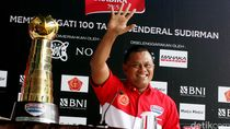 Piala Jenderal Sudirman Diarak Jalan Kaki Menuju GBK
