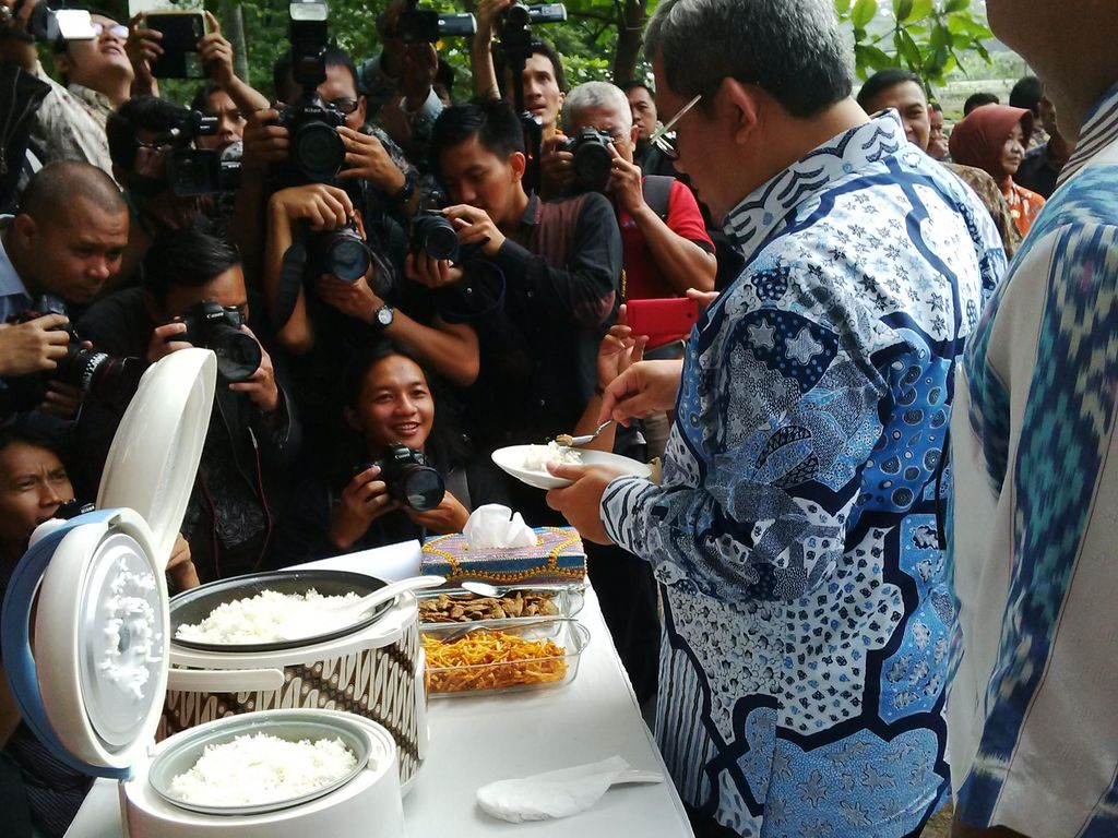 Gubernur Jabar Icip-icip Beras Raskin dengan Ikan Asin