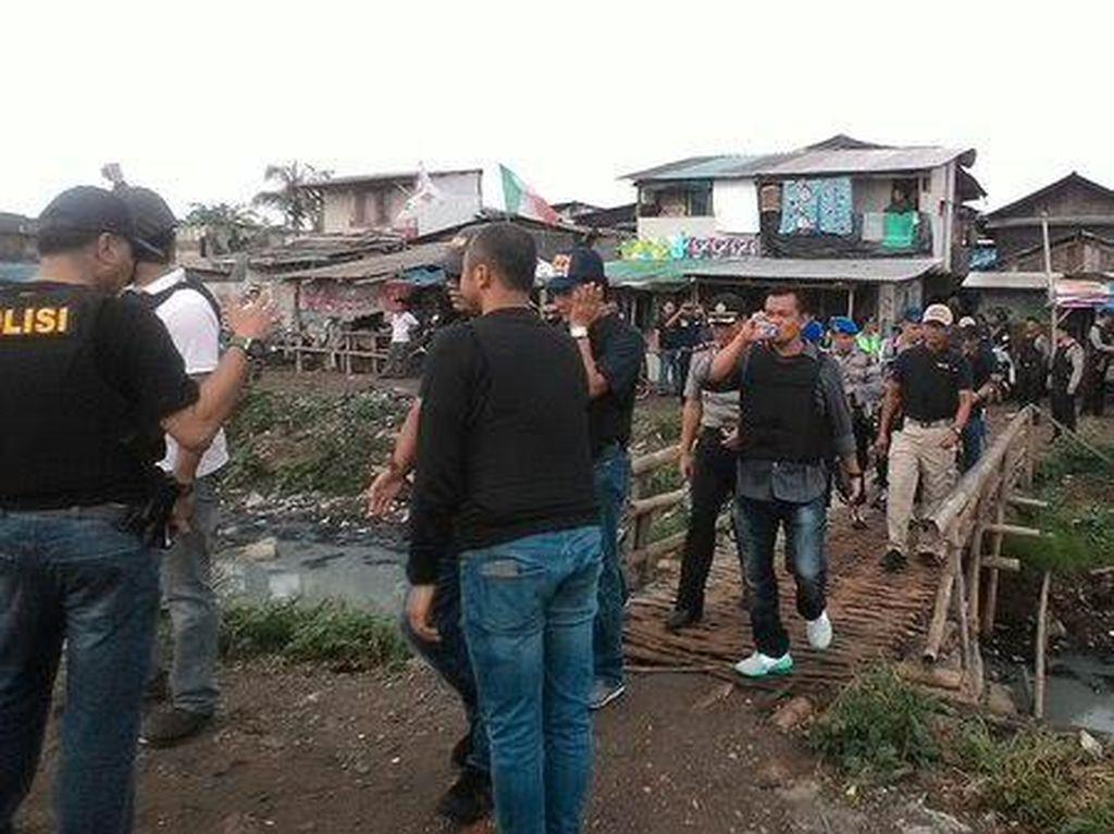 Begini Suasana Saat Polisi Bersenjata Lengkap Masuk ke Kampung Ambon di Jakarta Barat