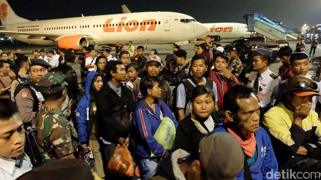 Ratusan Eks Gafatar Tiba di Bandara Juanda