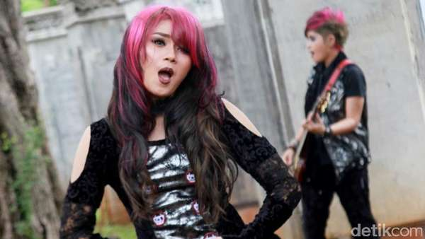 The Virgin Tampil Gothic