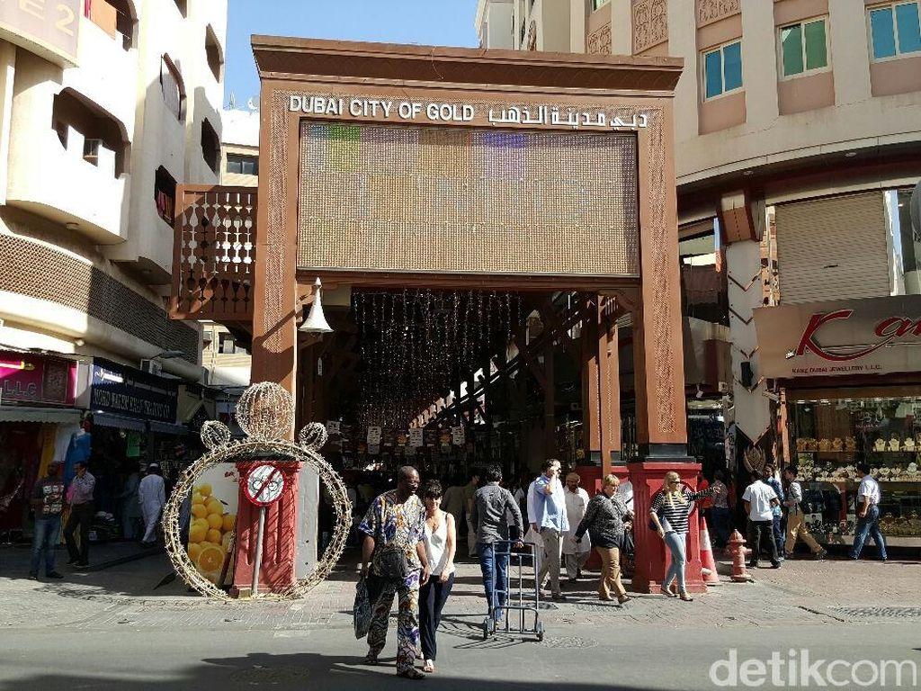 Pasar di Dubai, Jual Baju dari Emas