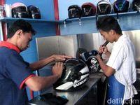 Dengan mencuci helm, pemotor menjamin kebersihan dan kenyamanan saat berkendara.